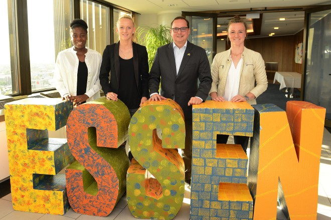 Oberbürgermeister Thomas Kufen begrüßt die WM-Teilnehmerinnen der SGS- Essen im Rathaus v.l.n.r : Nicole Anyomi, Lea Schüller, Oberbürgermeister Thomas Kufen und Marina Hegering