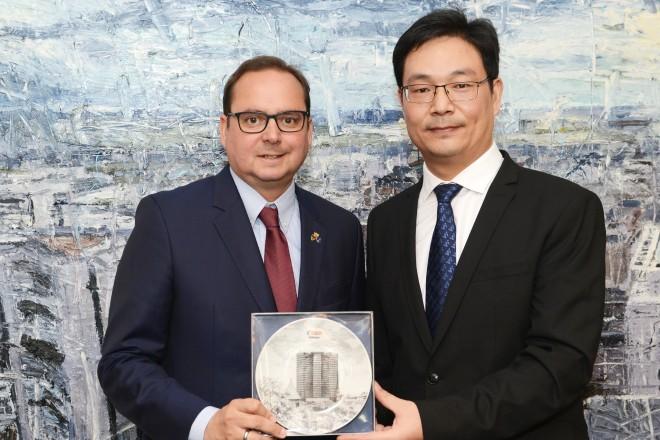 Foto: Oberbürgermeister Thomas Kufen überreicht ein Gastgeschenk an Dai Hushuang, Leiter der Delegation und stellvertretender Direktor des Information Office/Publicity Department der Stadt Changzhou.