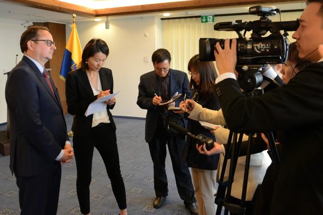 Foto: Oberbürgermeister Thomas Kufen im Interview mit den chinesischen Journalisten
