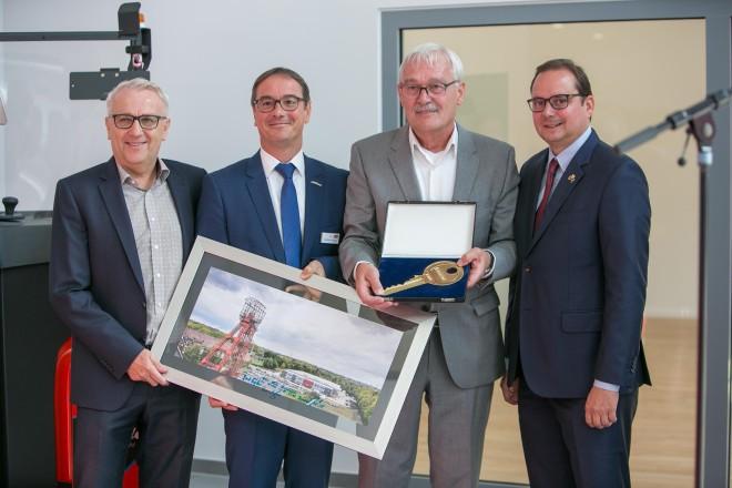 Foto: Die Schrader Industriefahrzeuge GmbH & Co. KG. bezieht ihren neuen Standort in Essen-Kray. Oberbürgermeister Kufen (rechts) kam zur Einweihung.