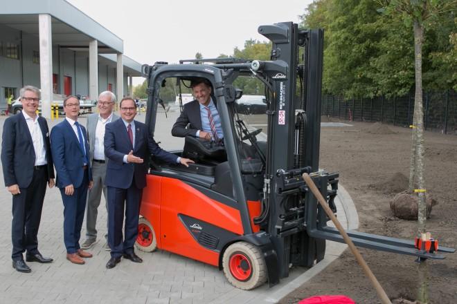 Foto: Oberbürgermeister Kufen bei der Einweihung der neuen Betriebsstätte von Schrader Industriefahrzeuge GmbH & Co. KG.