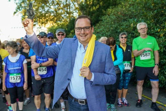 Oberbürgermeister Thomas Kufen gibt den Startschuss für den Onkolauf 2019
