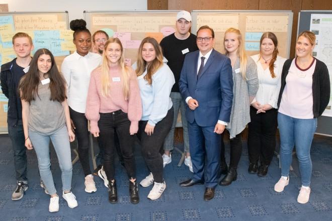Foto:Essener Auszubildende aus der Gastronomiebranche zu Besuch bei Oberbürgermeister Thomas Kufen