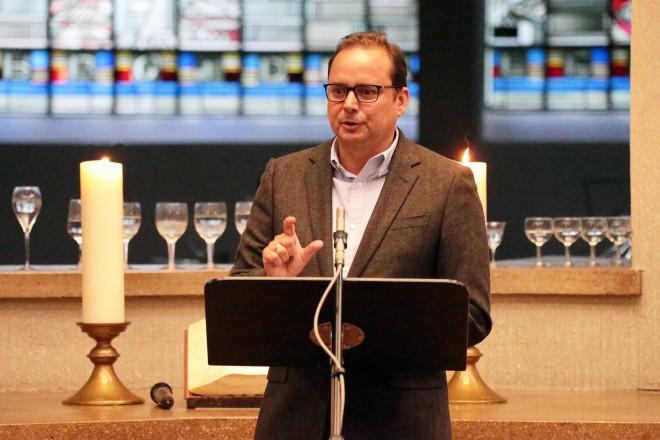 Oberbürgermeister Thomas Kufen beim 70-jährigen Jubiläum der Jugendkantorei der Auferstehungskirche. Foto: Patrick Mayeres