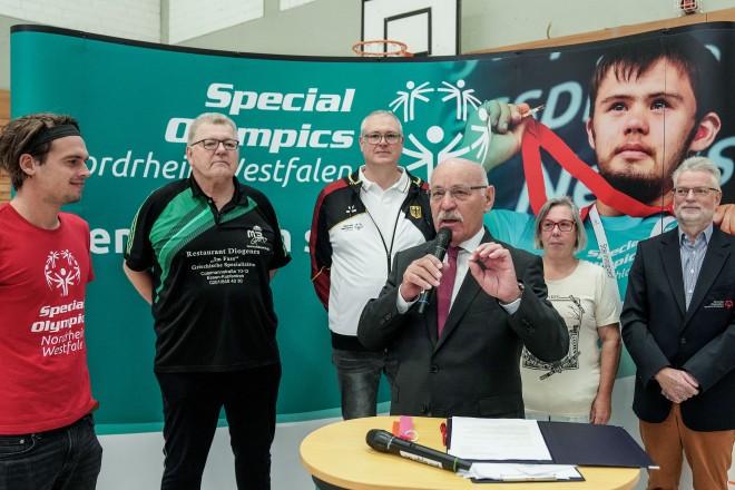 Bürgermeister Rudolf Jelinek bei der Eröffnung des Special Olympics Judo-Turniers in Kupferdreh.