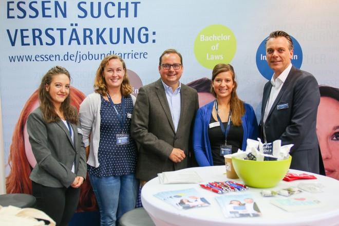 Foto: Oberbürgermeister Thomas Kufen mit Mitarbeiterinnen der Stadt Essen und mit Jörn Schulte-Hillen, Projektleiter der jobmesse Essen, auf dem Messestand der Stadt.