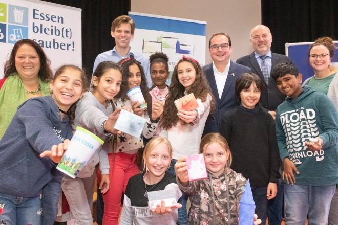 Foto: Oberbürgermeister Thomas Kufen die Schüler des Gymnasiums Nord-Ost und lobt Ihr Engagement zur Müllbeseitigung.
