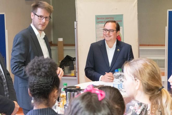 Foto:Oberbürgermeister Thomas Kufen die Schüler des Gymnasiums Nord-Ost und lobt Ihr Engagement zur Müllbeseitigung.