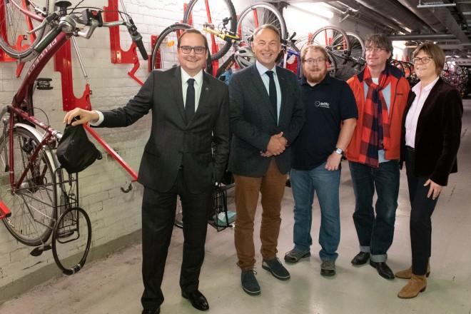 Oberbürgermeister Thomas Kufen besuchte die Radstation am Essener Hauptbahnhof anlässlich des 20-jährigen Bestehens.