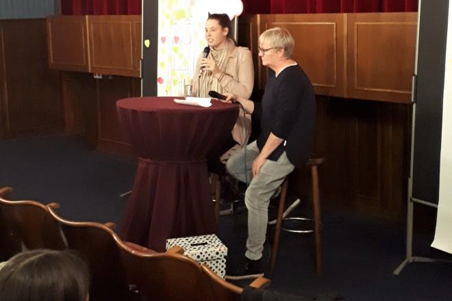 Im Anschluss an die Filmvorführung beantwortete Kera Deiss (links) die Fragen den Schülerinnen.