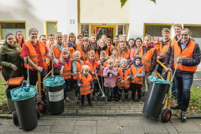 Foto: Oberbürgermeister Thomas Kufen beim WasteWalk mit Kindern der Kita Bulkersteig in Überruhr.