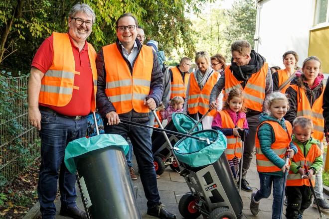 Foto: Oberbürgermeister Thomas Kufen beim WasteWalk mit Kindern der Kita Bulkersteig in Überruhr und Marcus Franken.