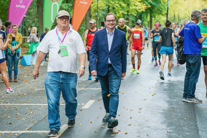 """Foto: Oberbürgermeister Thomas Kufen beim 57. innogy Marathon """"Rund um den Baldeneysee""""."""