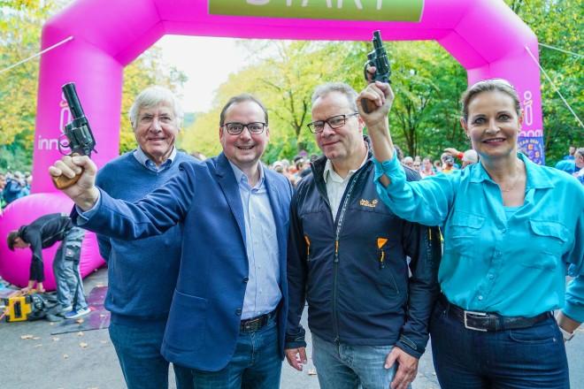 """Oberbürgermeister Thomas Kufen gab gemeinsam mit Klaus Dieckmann, Frank Schienbein (Präsident TUSEM) und Simone Ehlen (innogy) den Startschuss für den 57. innogy Marathon """"Rund um den Baldeneysee"""". Foto: Michael Gohl"""
