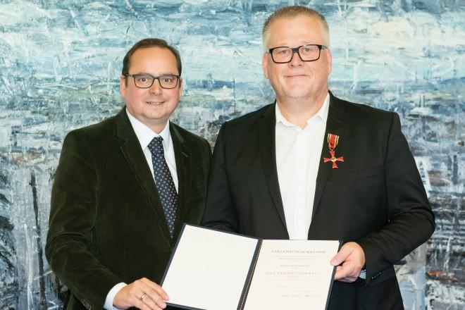 Foto: Oberbürgermeister Thomas Kufen verlieh Jochen Brühl das Verdienstkreuz am Bande