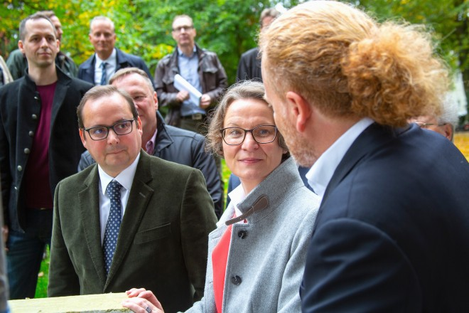 Foto: Oberbürgermeister Thomas Kufen mit NRW-Bauministerin Ina Scharrenbach bei der Ortsbegehung am Bauprojekt WesterdorfQuartier. Foto: Henning Hagemann