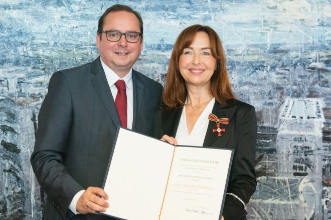 Foto: Annette Rexrodt von Fircks erhielt von Oberbürgermeister Thomas Kufen das Verdienstkreuz am Bande.