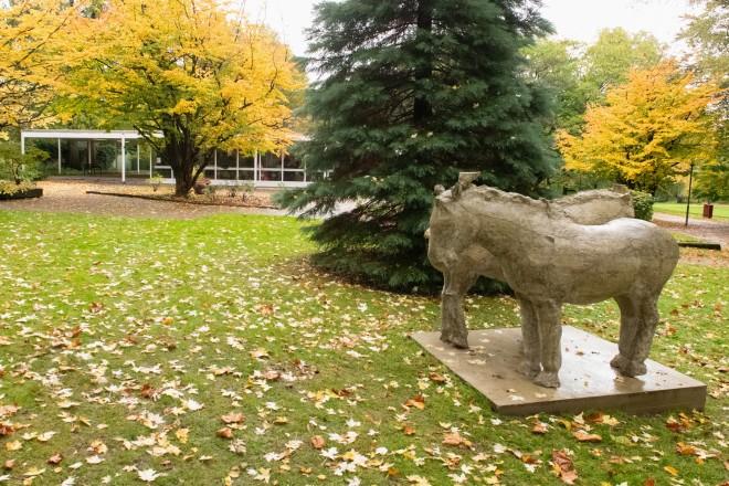"""Foto: Die Skulptur """"Zwei Pferde"""" ist eine Leihgabe des international renommierten Künstlers Johannes Brus und steht in der Nähe der Tummelwiese im Grugapark."""