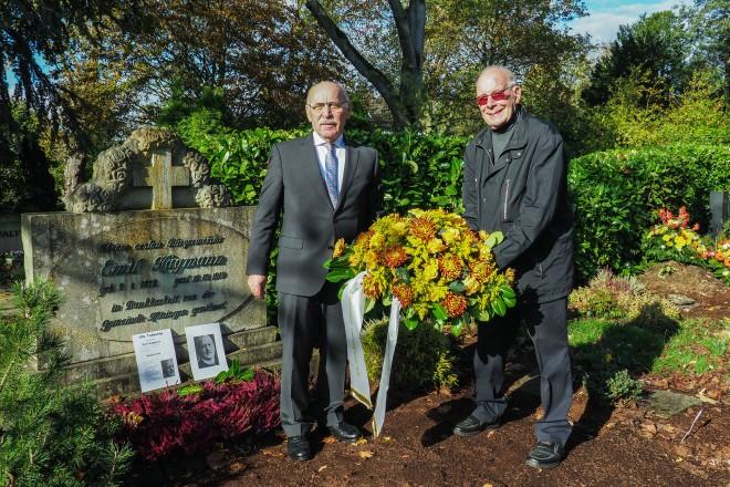 Foto: Bürgermeister Rudolf Jelinek (links) und Bezirksbürgermeister Manfred Kuhmichel (rechts) legten zum 100. Todestag von Emil Hagemann einen Kranz nieder.