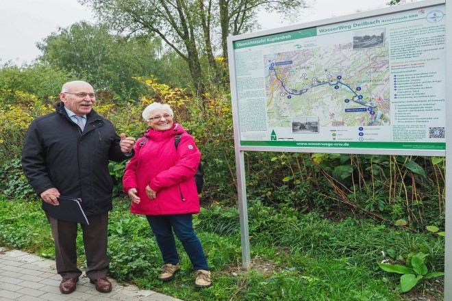 Foto: Bürgermeister Rudolf Jelinek freute sich gemeinsam mit Margret Melsa, Stellvertretende Bürgermeisterin von Hattingen, über die Eröffnung des WasserWeges Deilbach