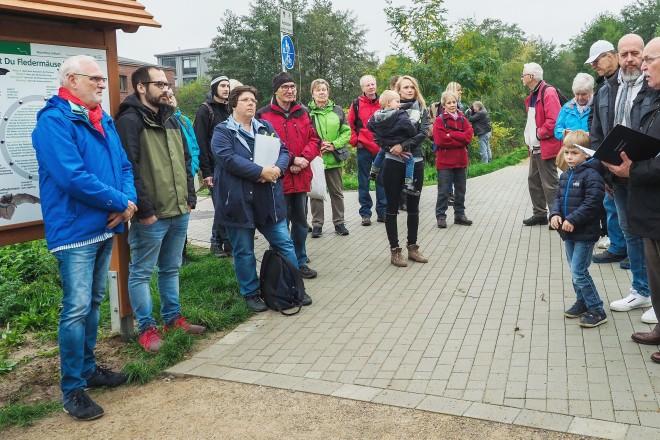 Foto: Bürgermeister Rudolf Jelinek (vorne rechts) sprach anlässlich der Eröffnung des WasserWeg Deilbach ein Grußwort.
