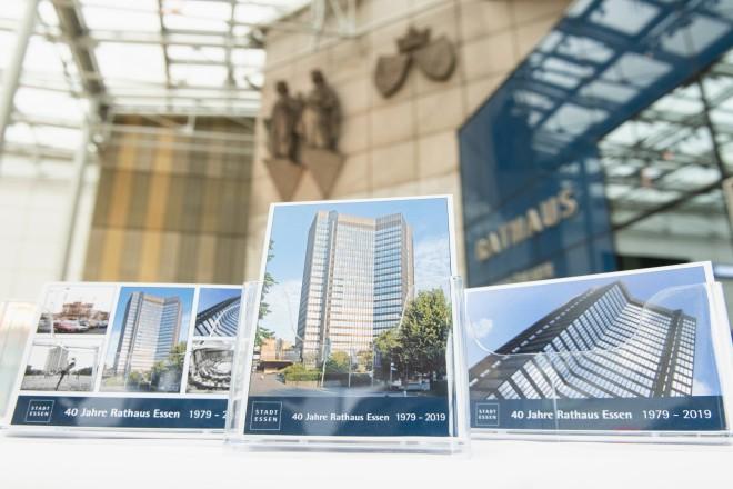 Foto: Ansichtskarten mit Fotos des Essener Rathauses. Foto: Moritz Leick, Stadt Essen