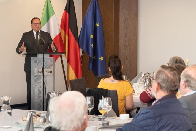 Foto: Oberbürgermeister Thomas Kufen begrüßt Bürgerinnen und Bürger zum Ehemaligentreffen im Rathaus.
