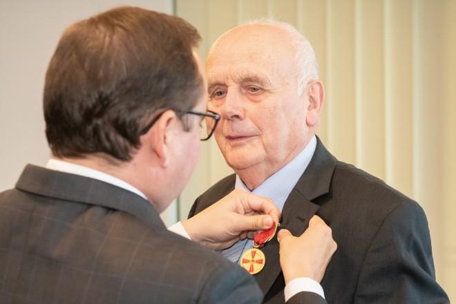 Foto: Oberbürgermeister Thomas Kufen freute sich, Gerd Zachäus mit der Verdienstmedaille auszuzeichnen und gratulierte ihm auch im Namen der Bürgerinnen und Bürger herzlich zu dieser besonderen Würdigung