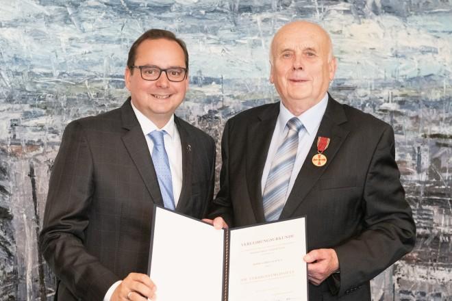 Foto: Gerd Zachäus erhielt die Verdienstmedaille der Bundesrepublik Deutschland in Anerkennung seines langjährigen Engagements im sportlichen Bereich.