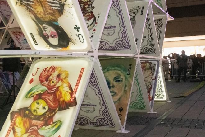 """Foto: Das """"House of Cards"""" auf dem Willy-Brandt-Platz bei der Eröffnung des Essen Light Festivals."""