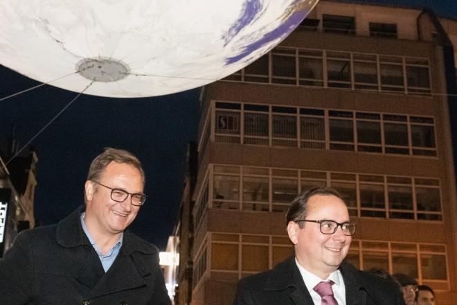 """Foto: Oberbürgermeister Kufen unterwegs beim Essen Light Festival - unter der Installation """"Gaia"""" vor der Lichtburg."""