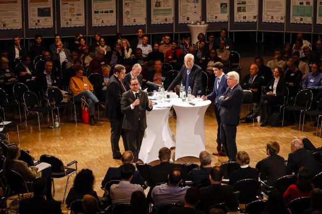 """Oberbürgermeister Thomas Kufen mit seinen Amtskollegen beim 5. Experten-Forum der Zukunftsinitiative """"Wasser in der Stadt von morgen""""."""