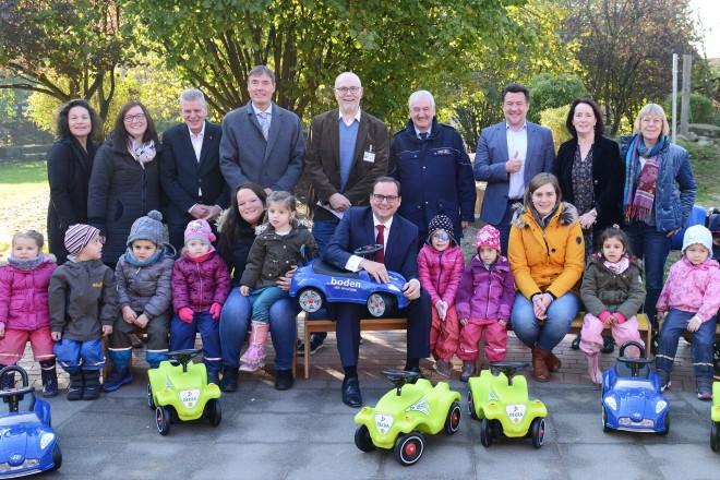 Die Kinder der städtischen Kitas können sich über neue Bobby Cars freuen.