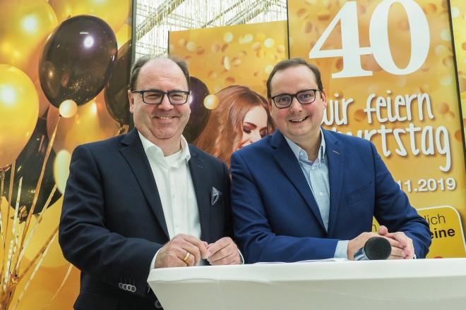 """Foto: Oberbürgermeister Thomas Kufen (rechts) mit Centemanager Ralf Gertz beim Start der Jubiläumwoche """"40 Jahre RATHAUS GALERIE Essen""""."""