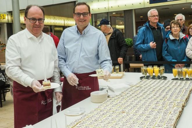 Foto: Oberbürgermeister Thomas Kufen und Centermanager Ralf Gertz bei der Verteilung der Geburtstagstorte