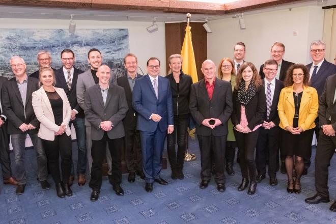 Foto: Die Absolventinnen und Absolventen erhielten von Oberbürgermeister Thomas Kufen ihre Zertifikate.