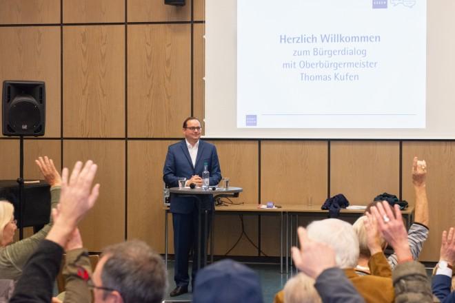 Foto: Oberbürgermeister Thomas Kufen beim Bürgerdialog im Kettwiger Rathaus.