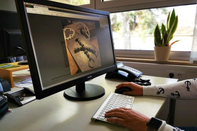 """Foto: Im Projekt """"Produktionsjahr"""" lernen die Jugendlichen den Beruf des Verkäufers unter anderem am Beispiel des Online-Shops unter realitätsnahen Bedingungen kennen."""