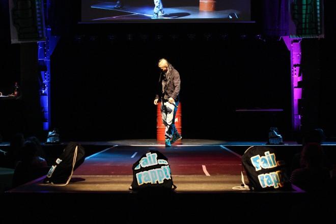 Foto: Wer gewinnt die Gunst des Publikums? Bei einem Live-Contest gilt es für die HipHop-Talente, ihr Können am Mikrofon zu beweisen.
