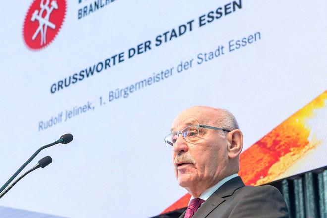 Foto: Bürgermeister Rudolf Jelinek begrüßte die Teilnehmer zum ersten Hüttentag in der Messe Essen