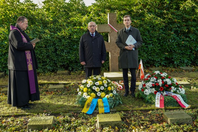 Bürgermeister Rudolf Jelinek und Konsul Aleksander Gowin, Konsul im Generalkonsulat der Republik Polen, bei der Kranzniederlegung zum Gedenken an die polnischen Kriegsopfer auf dem Südwestfriedhof. Foto: Michael Gohl