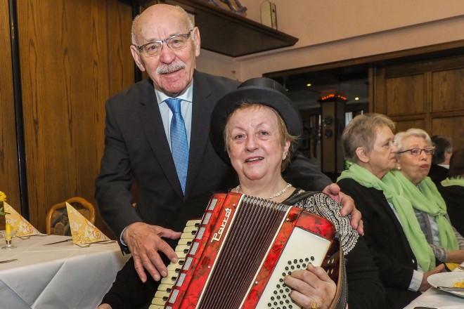 Bürgermeister Rudolf Jelinek gratuliert Chorleiterin Gertrud Maetz-Winterscheidt zum 50jährigen Jubiläum