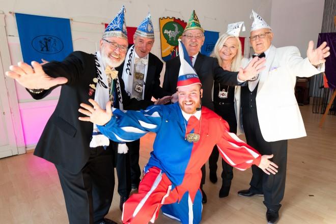 Bürgermeister Rudolf Jelinek mit dem Festausschuss Kupferdreher Karneval beim Hoppeditzerwachen. Foto: Georg Lukas
