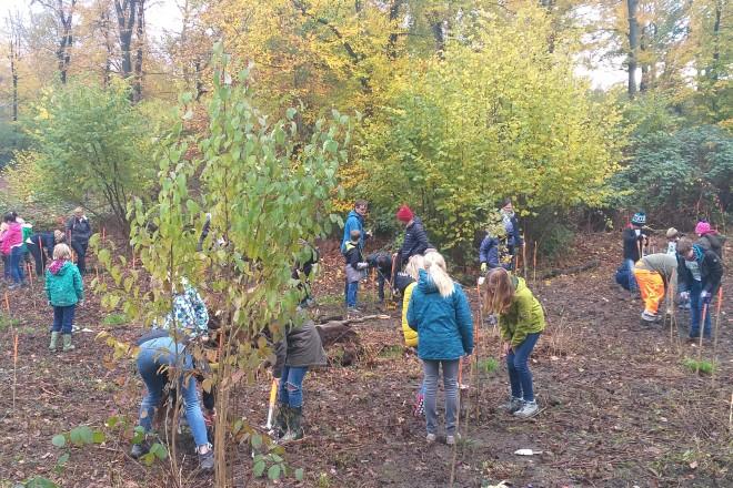 Foto: Die Kinder beteiligten sich mit viel Engagement an der Pflanzaktion.