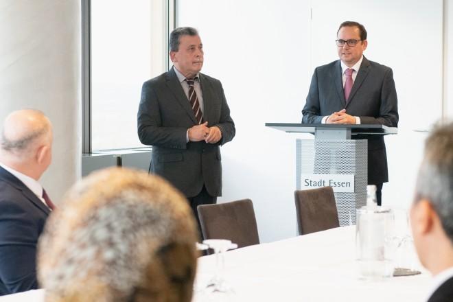 Foto: Oberbürgermeister Thomas Kufen begrüßt den Vizegouverneur und seine Delegation: