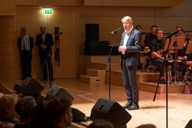 Bürgermeister Franz-Josef Britz besucht das Schulkonzert des Allbaus mit Frida Levy Gesamtscgule und dem Gymnasium an der Wolfskuhle