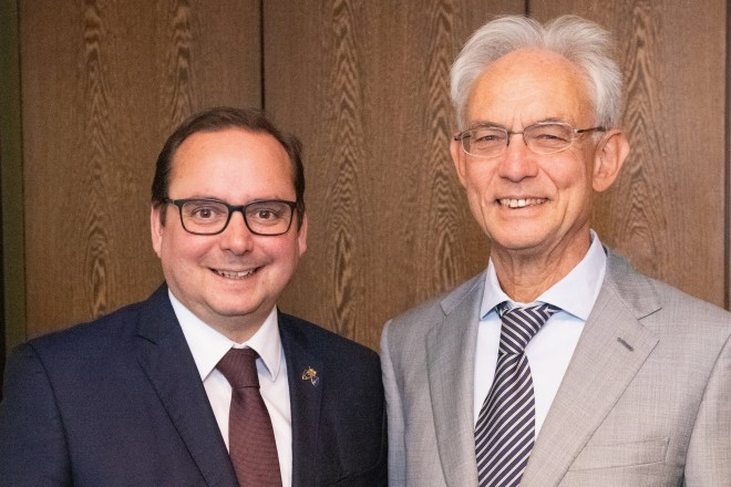 Foto: Oberbürgermeister Thomas Kufen verabschiedete Stadtdirektor Hans-Jürgen Best.
