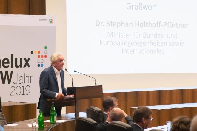 Foto: Dr. Stephan Holthoff-Pförtner (Minister für Bundes- und Europaangelegenheiten sowie internationales) im Essener Ratssaal.