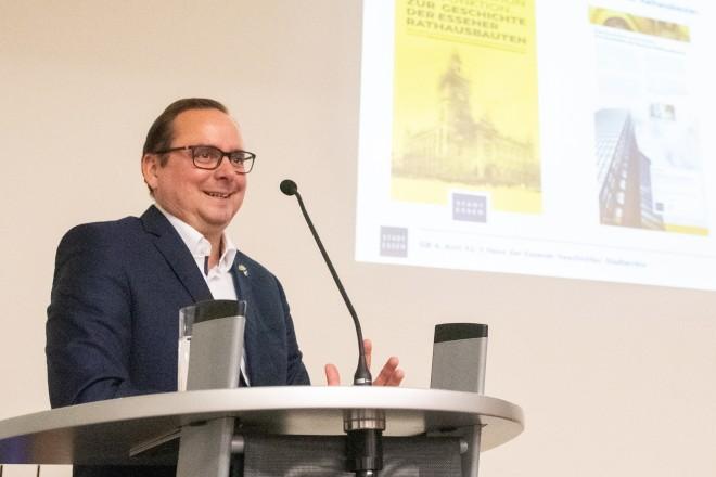Foto: Oberbürgermeister Thomas Kufen eröffnete die neue Ausstellung im Haus der Essener Geschichte/ Stadtarchiv.