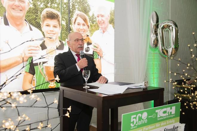 Foto: Bürgermeister Rudolf Jelinek beim Jubiläum des TC Heisingen e.V. in der Tennishalle in Essen-Heisingen. Foto: Andreina Francese-Thomas